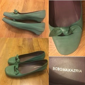 Bcbg green shoes with cutout & bow detail